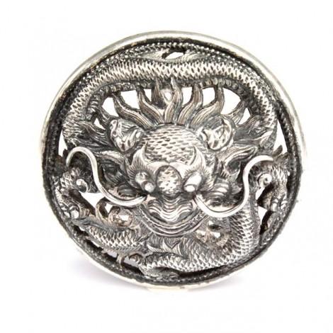 F. RAR : Excepțional nasture din argint, decorat cu un dragon | dinastia Qing | sec XIX China