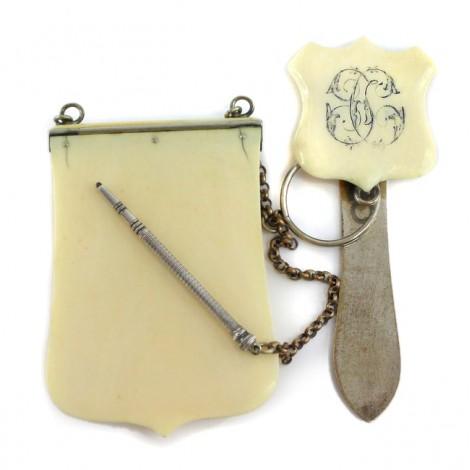 Rar set de accesorii pentru centură Chatelaine : carnet de bal din fildeș, creion mecanic din agint și sistem de prindere | cca. 1850 Franța