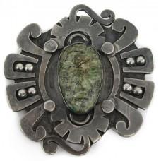 Veche broșă mexicană decorată cu jad natural sculptat sub forma unei efigii de luptător Aztec   manufactură în argint   cca.1940