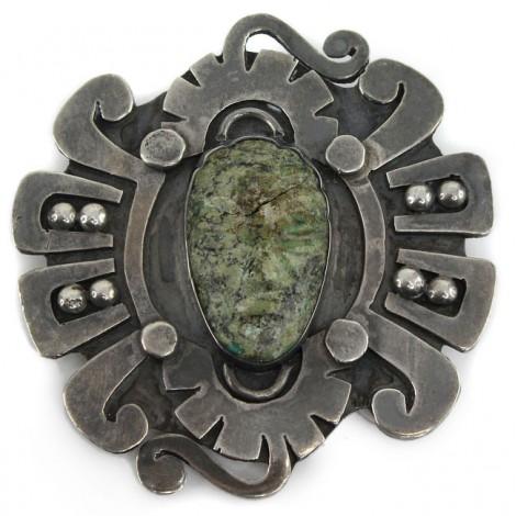 Veche broșă mexicană decorată cu jad natural sculptat sub forma unei efigii de luptător Aztec | manufactură în argint | cca.1940
