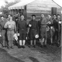 ℹ️ Soldați făcând gargară pentru prevenția gripei – New Jessey, cca. 1918