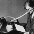 ℹ️ Femeie utilizând un aparat de ventilație - 1919