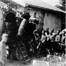 ℹ️ Soldați făcând deparazitarea textilelor - Primul Război Mondial