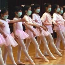 ℹ️ Fetițe făcând balet în timpul pandemiei SARS - Hong Kong - 2003
