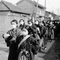 #pandemiadecultura ℹ Fetițe mergând la școală - pandemie de gripă 1918,  Japonia