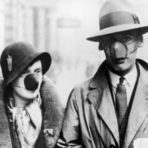 #pandemiadecultura ℹ Cuplu purtând măști antiseptice împotriva gripei | Marea Britanie, cca. 1930