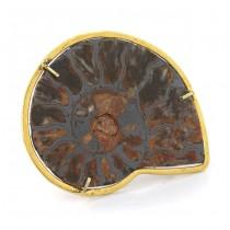 Inedită broșă modernistă din argint aurit decorată cu fosilă de amonit | Italia cca. 1980