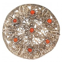 Veche broșă din argint filigranat decorată cu anturaje de coral natural