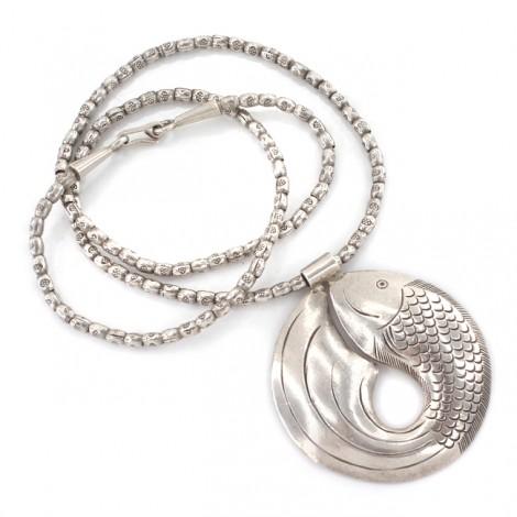 Colier etnic Karen Hill Tribe accesorizat cu o amuletă asociată fertilității    Pește   manufactură în argint   Thailanda