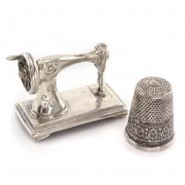 Miniaturi din argint cu tematică de croitorie și design vestimentar | Mașină de cusut & degetar