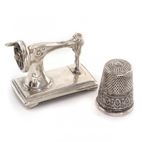 Miniaturi din argint cu tematică de croitorie și design vestimentar   Mașină de cusut & degetar